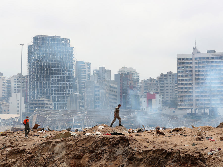 Un soldado camina en el sitio devastado de la explosión en el puerto de Beirut, Líbano.