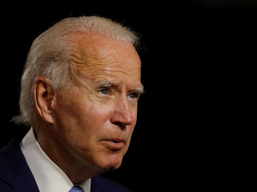 El precandidato presidencial Joe Biden observa en el evento de campaña, en su primera aparición conjunta con la candidata a la vicepresidencia, la senadora Kamala Harris después de ser nombrada su compañera de fórmula, en Wilmington, Delaware, EE.UU.