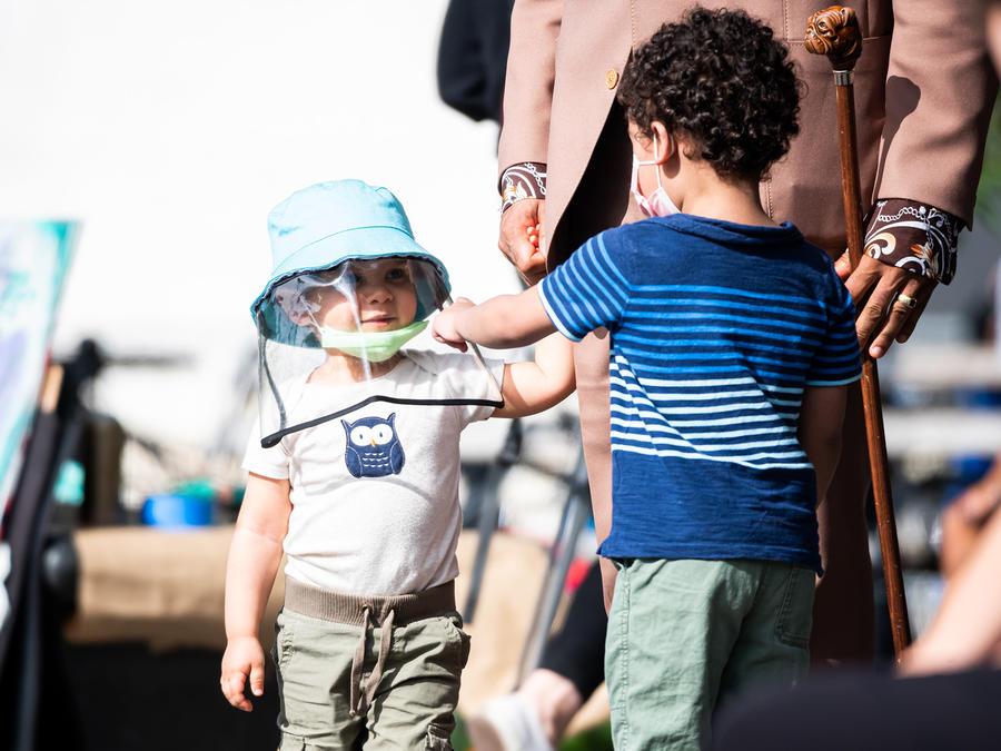 Un niño usa una mascarilla y un protector facial en Washington Square Park mientras la ciudad continúa la Fase 4 de reapertura luego de las restricciones impuestas para frenar la propagación del coronavirus en la ciudad de Nueva York.