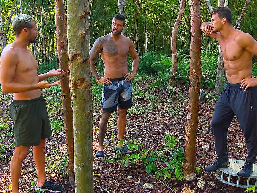 Alexander, Fernando y Mack conversan en la cabaña