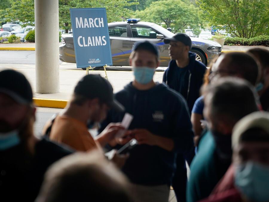 Las personas hacen fila afuera de un Kentucky Career Center con la esperanza de encontrar ayuda con su reclamo de desempleo en Frankfort, Kentucky, EE.UU. el 18 de junio de 2020.