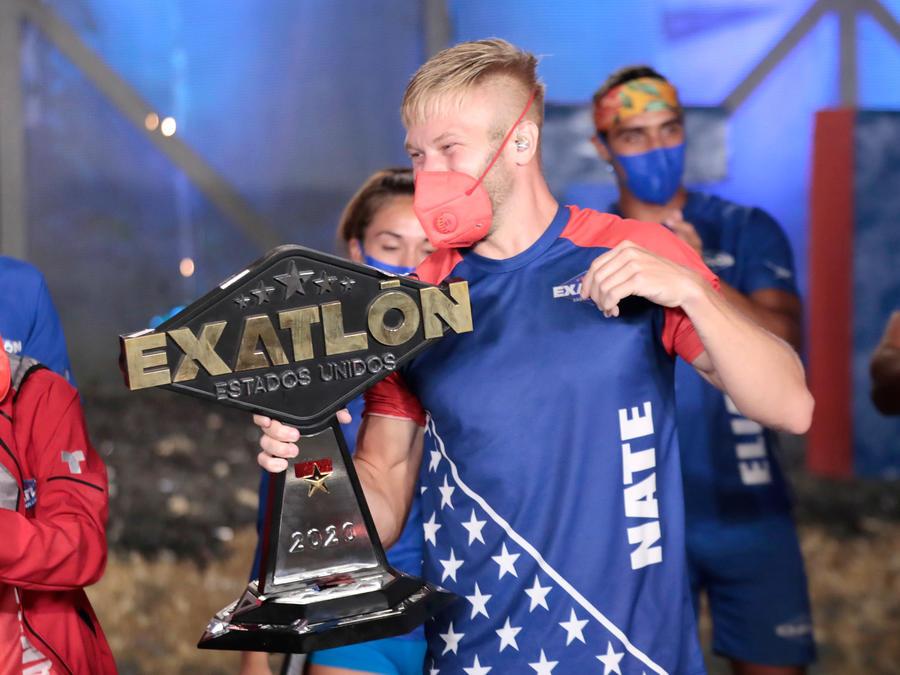 Nate con el trofeo de campeón