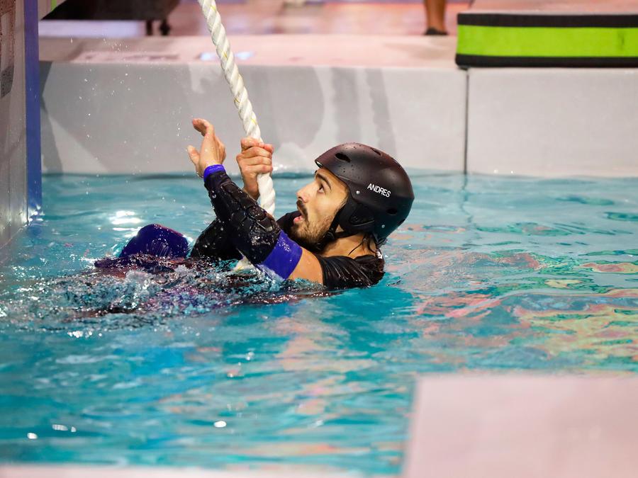 Andrés del equipo Azul en la piscina