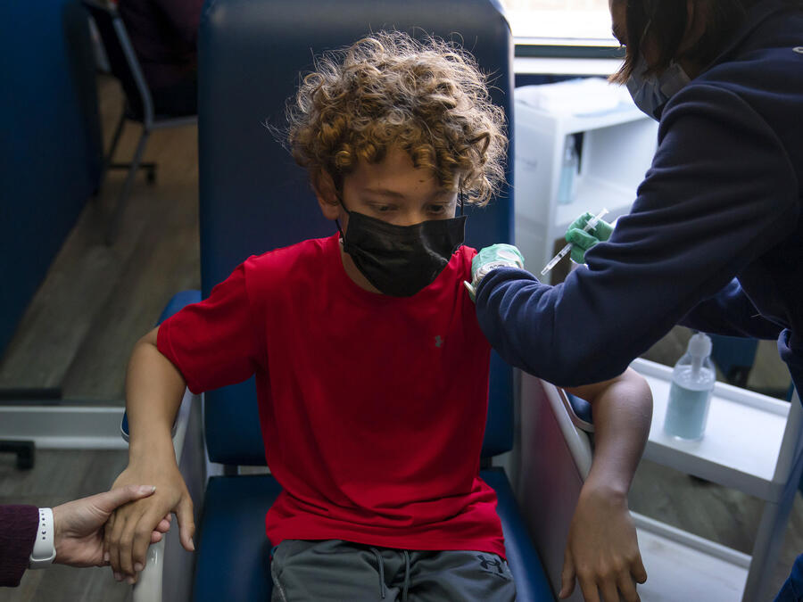 Max Cuevas, 12, recibe la vacuna de Pfizer contra el COVID-19 en el condado de Orange en California.
