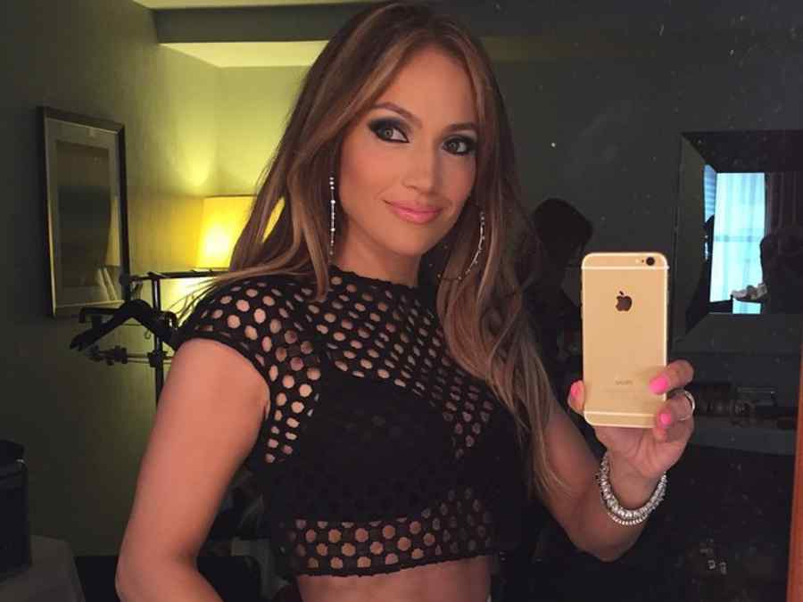 Jennifer Lopez se toma un selfie en el espejo