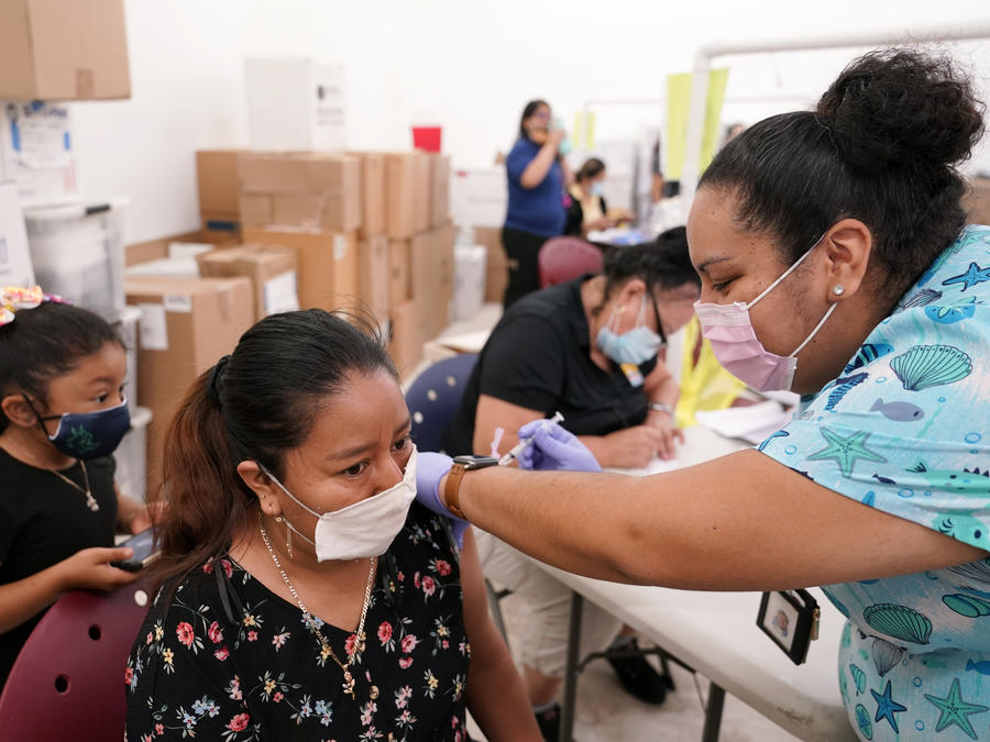 La enfermera Ashleigh Velasco administra la vacuna de Johnson & Johnson a Olga Perez en Immokalee, Florida.
