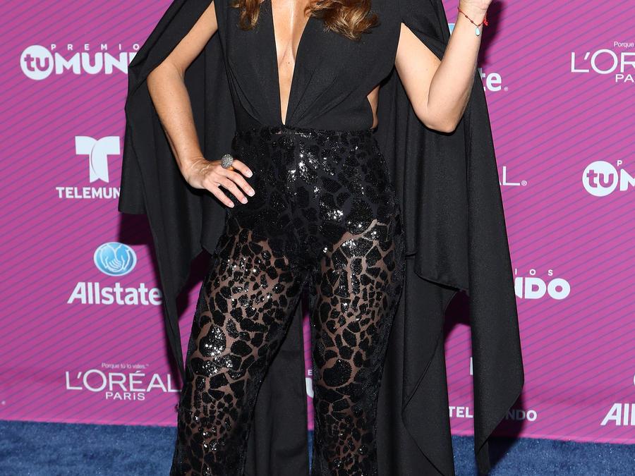 Lucero en la alfombra azul de Premios Tu Mundo 2015