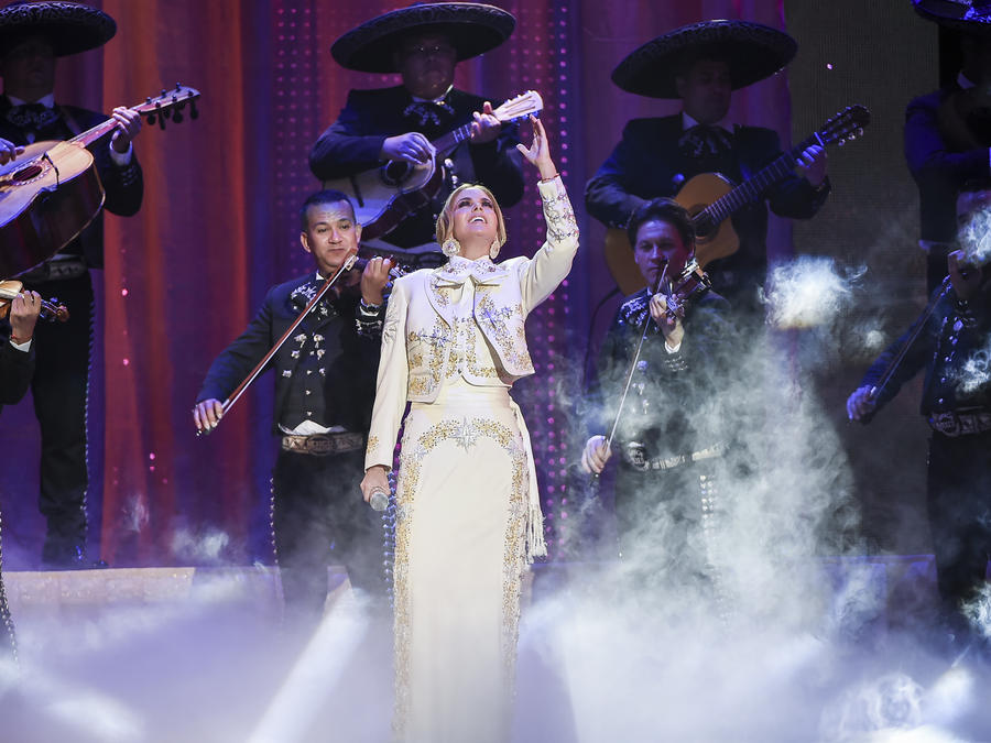 Lucero rinde homenaje a Joan Sebastian en Premios Tu Mundo 2015