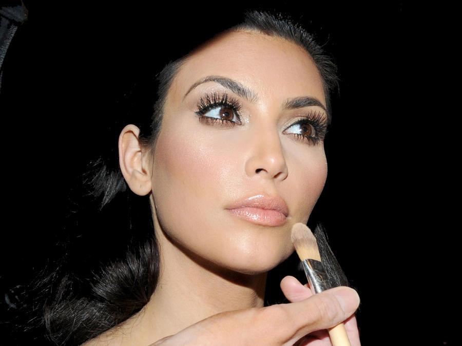 Cosméticos accesibles que Kim Kardashian siempre carga
