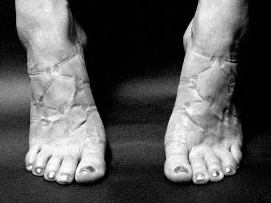 Pies de mujer tallados por zapatos