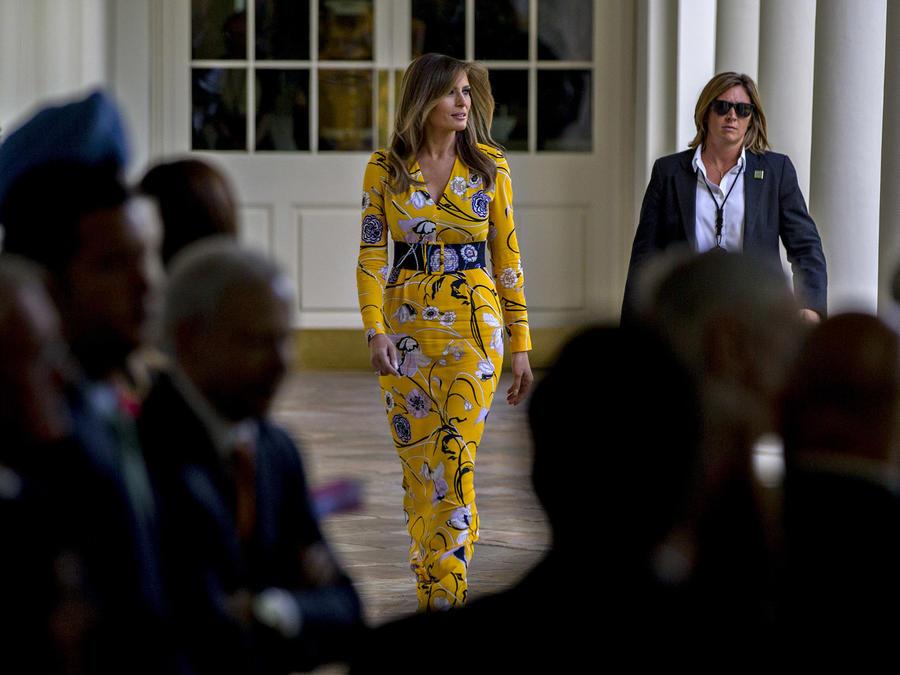 Melania Trump usando un vestido amarillo
