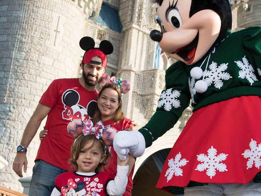 Alaïa junto a Toni Costa, Adamari López y Minnie Mouse