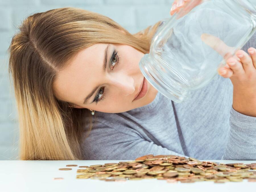 Mujer contando sus ahorros