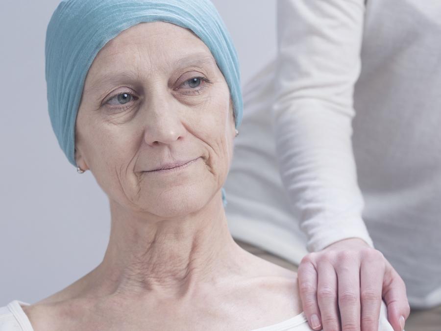Mujer con la enfermedad del cáncer