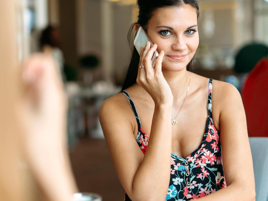mujer hablando teléfono
