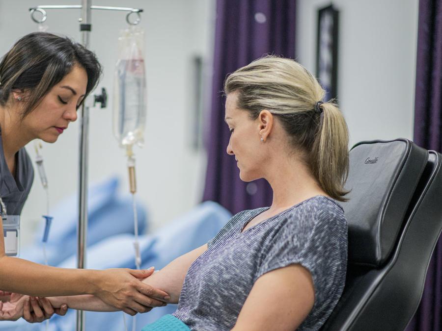 Mujer recibiendo tratamiento IV