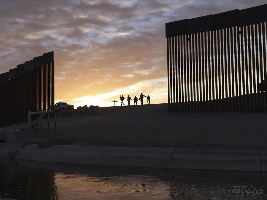 A lo largo de sus cuatro años en el poder, Trump recabó 15.000 millones de dólares para reemplazar la valla fronteriza y erigir nuevos tramos de muro a lo largo de 727 kilómetros (452 millas) de frontera