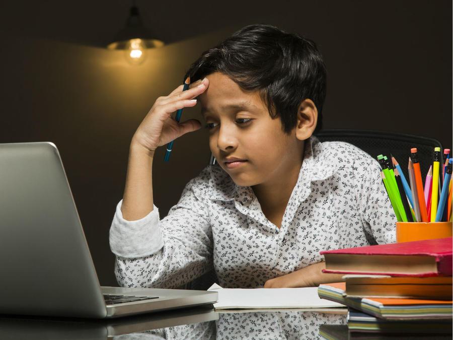 Niño angustiado durante sus clases virtuales