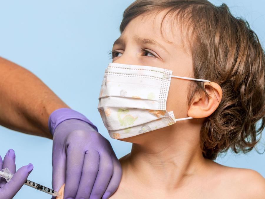 Doctor aplicando vacuna a un niño