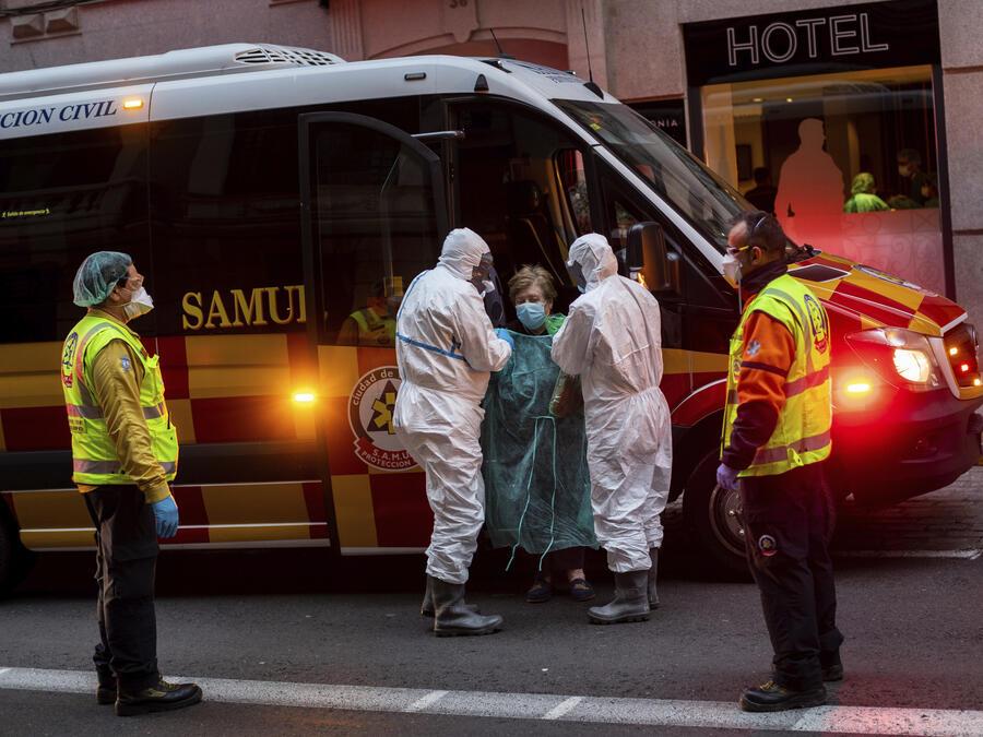 Foto de archivo de una paciente de COVID-19 que fue trasladada a un hotel de Madrid reconvertido para enfermos menos graves, en marzo de 2020.
