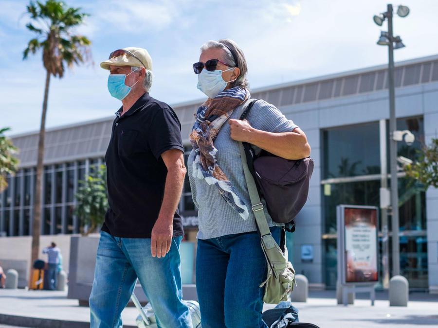 Pareja de adultos mayores caminando por la calle
