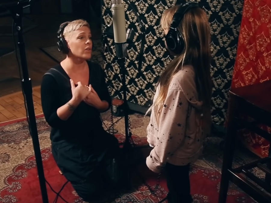 Pink y su hija en un estudio de grabación