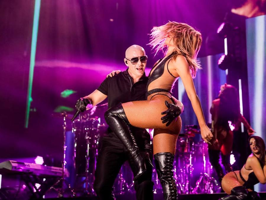 Pitbull y una sexy bailarina en el escenario de iHeartRadio Fiesta Latina 2016