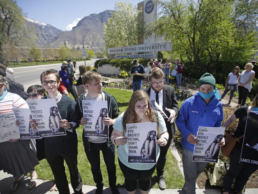 Protesta en solidaridad con las víctimas de violación en el campus de la Universidad Brigham Young en Provo, Utah