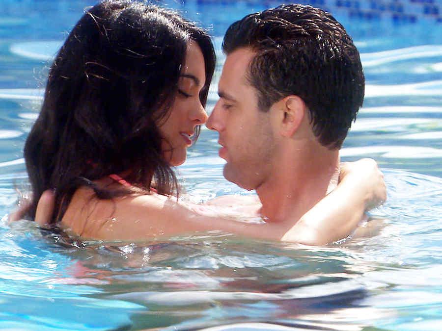 Scarlet gruber y Christian de la Campa besándose en una piscina en Tierra de Reyes