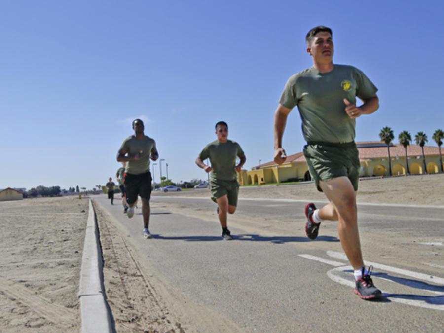 Aspirantes a soldados entrenando.