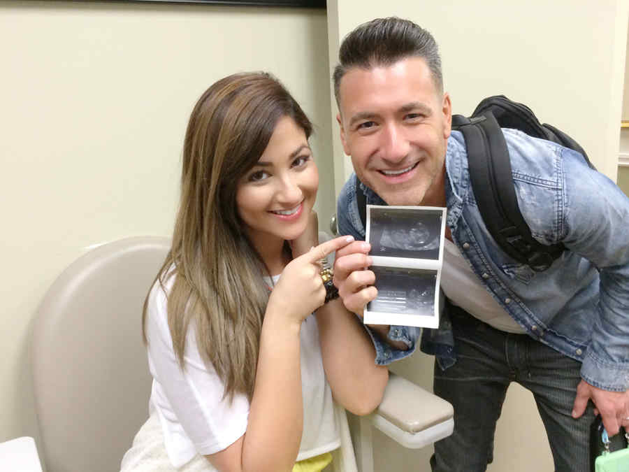 Jorge Bernal y su esposa con ecografía del bebé