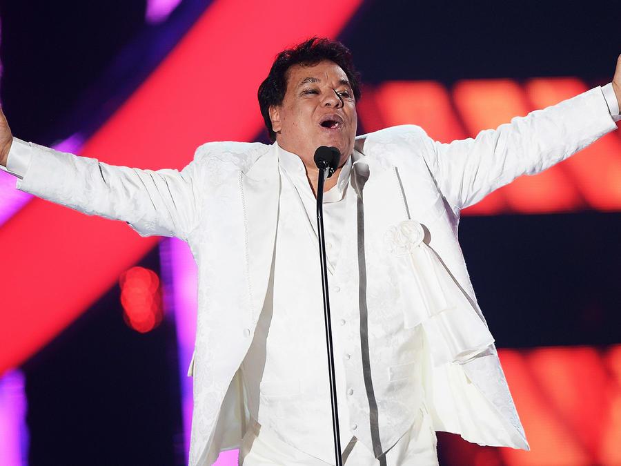 Juan Gabriel vestido de blanco