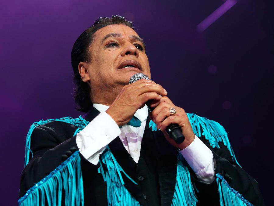 Juan Gabriel con micrófono