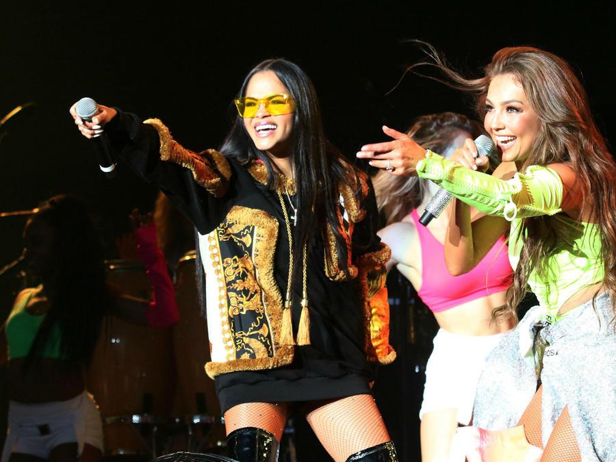 Thalía y Natti Natasha en concierto