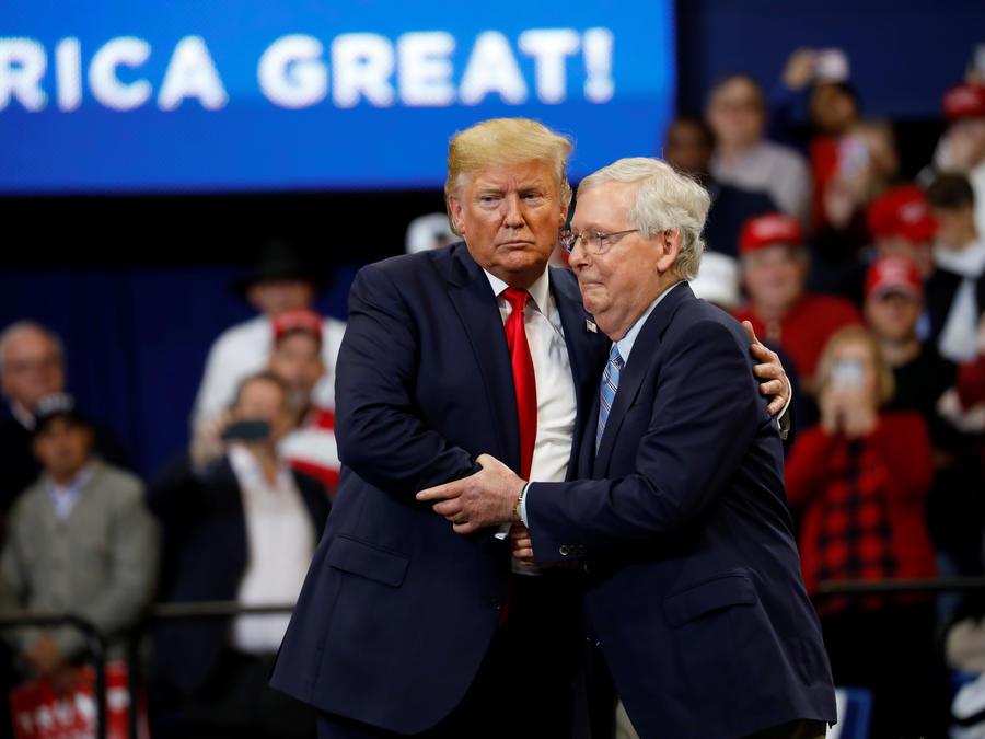El senador Mitch McConnell y el expresidente Donald Trump