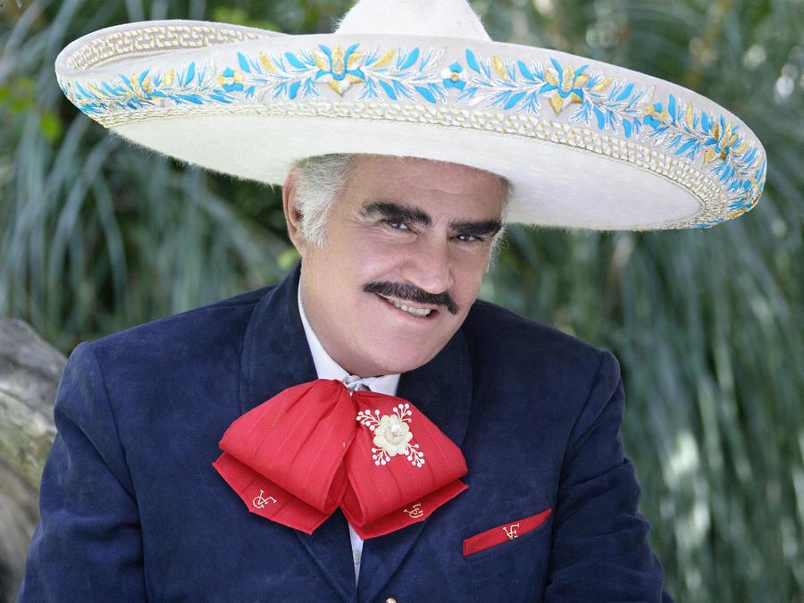 Vicente Fernández vestido de charro