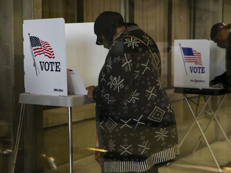 Ciudadanos estadounidenses emitiendo su voto en las Elecciones 2020