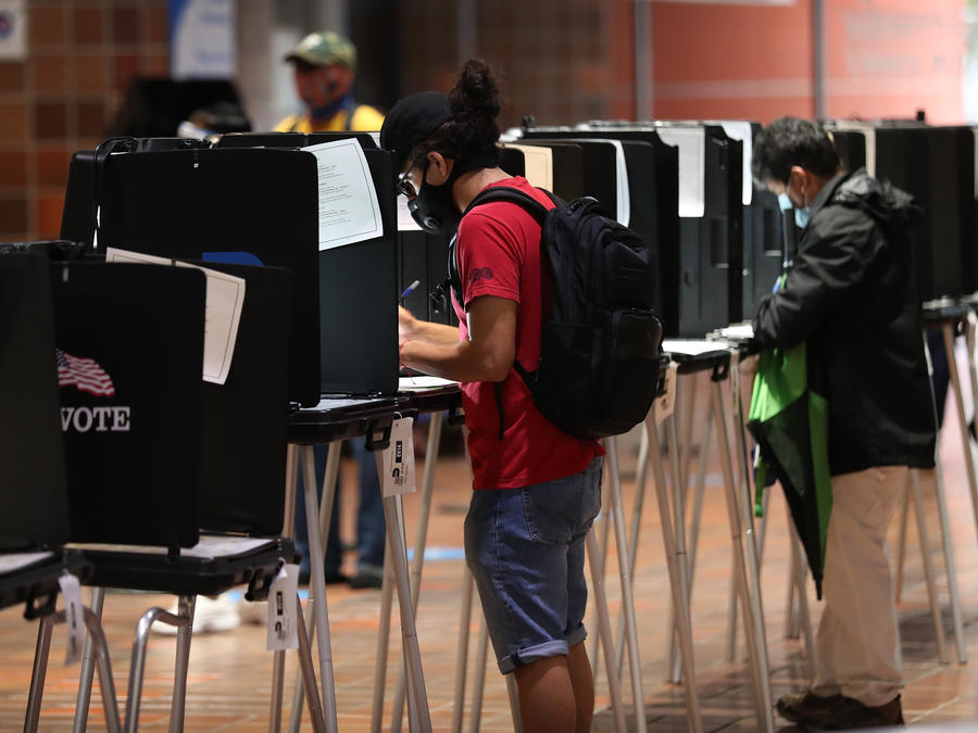 Votantes en Miami, Florida, llenan sus boletas electorales en el Stephen P. Clark Government Center este 21 de octubre de 2020.