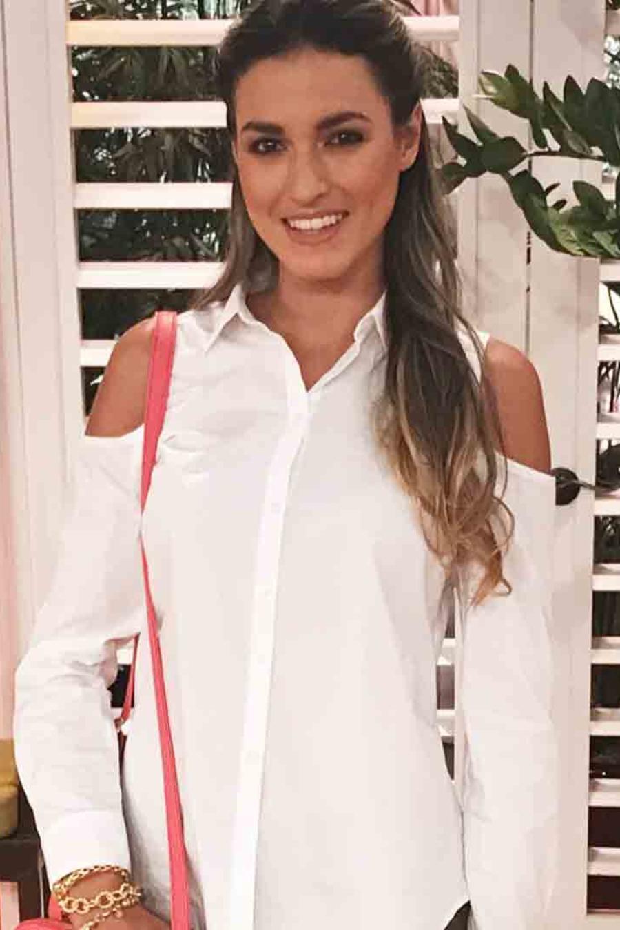 Modelo con camisa blanca