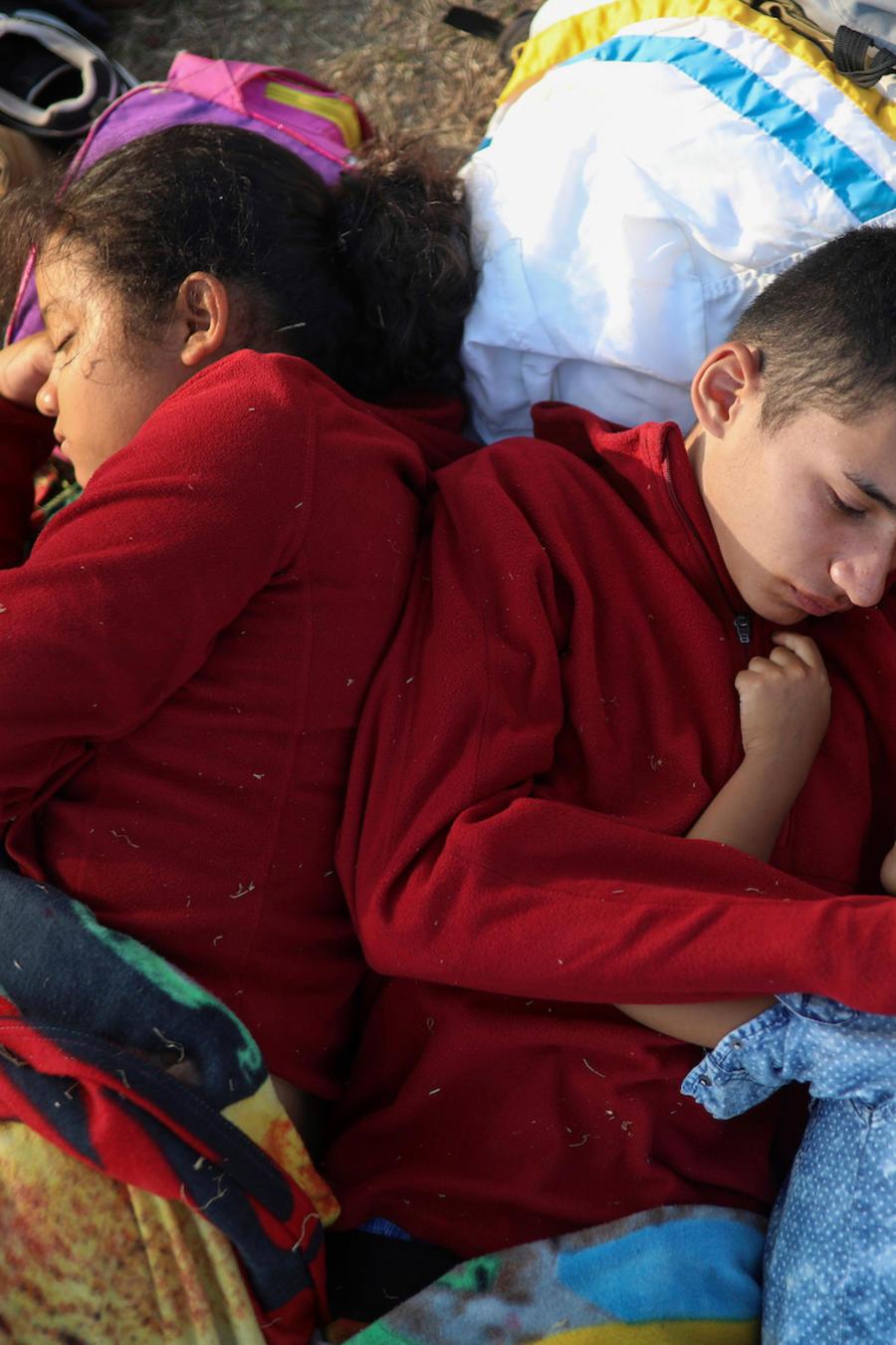 Migrantes centroamericanos con rumbo a los Estados Unidos descansan en Matías Romero, Oaxaca el 4 de abril de 2018.