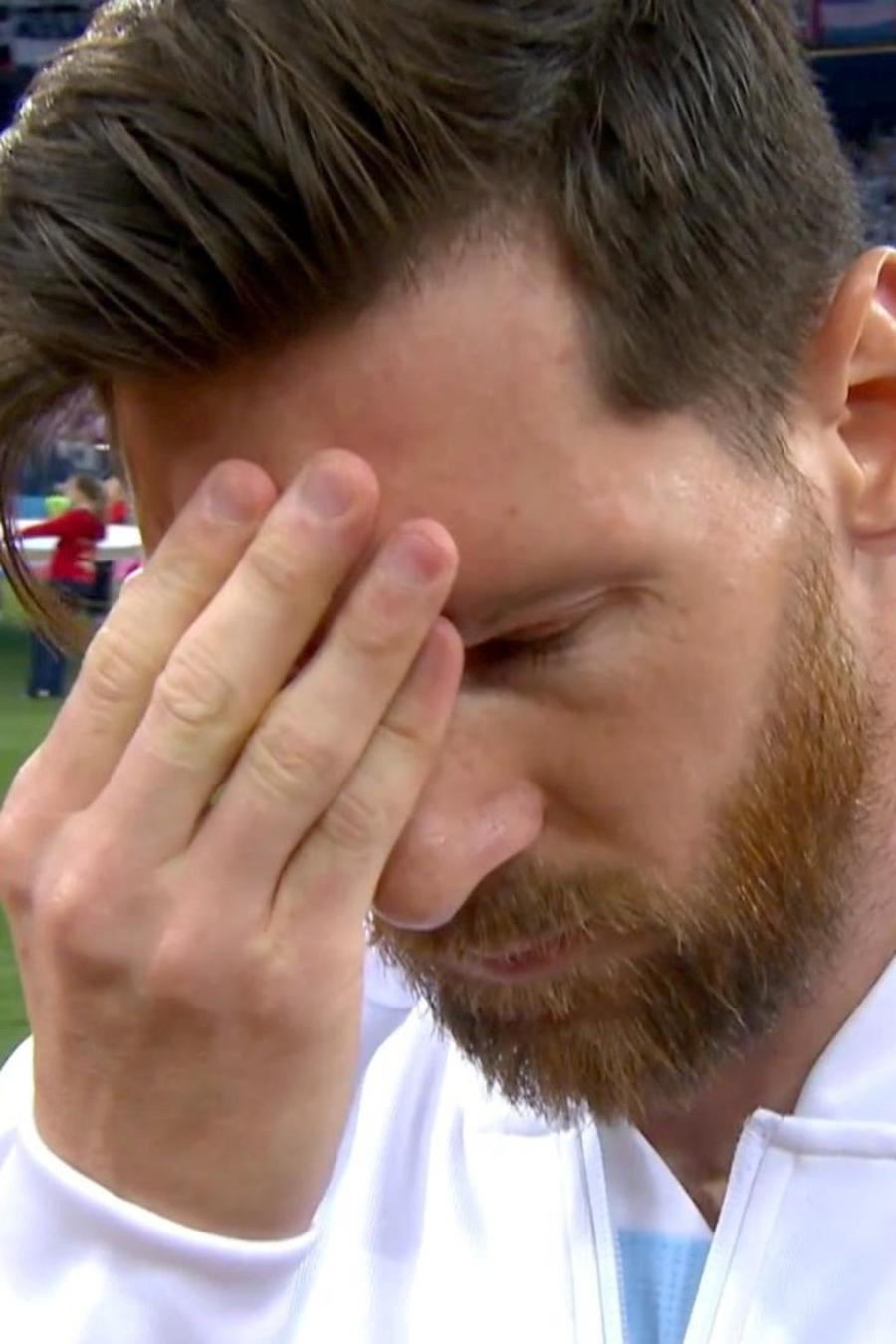Gesto de Messi durante el himno