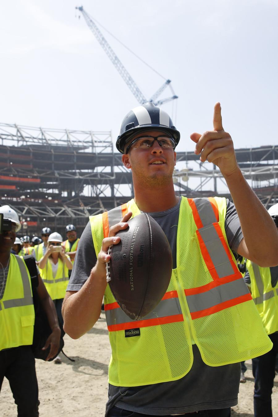 Trabajadores de la construcción en un estadio de football