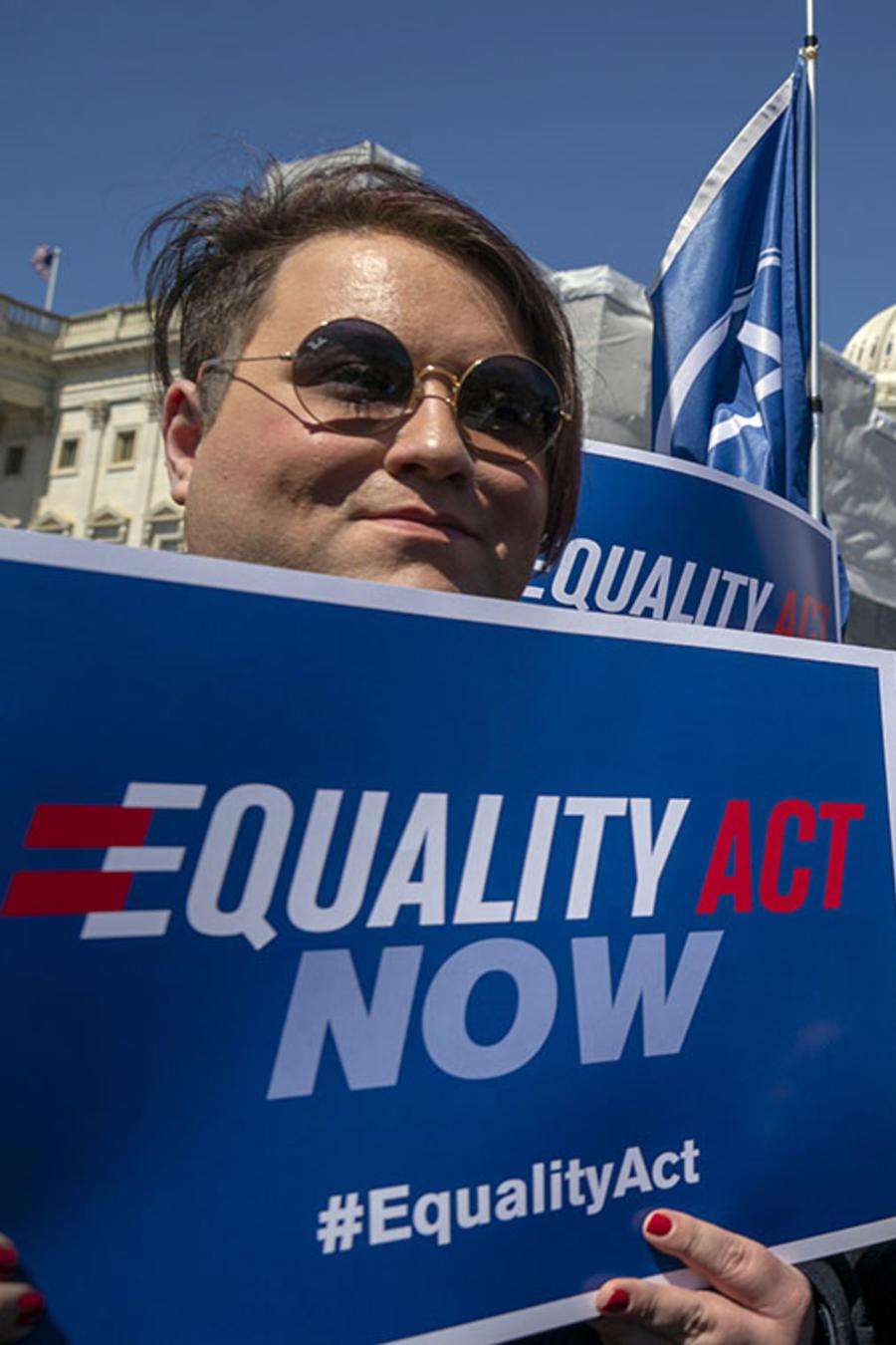 Defensores de la Ley de Igualdad marchan por sus derecho en Capitol Hill, en Washington.