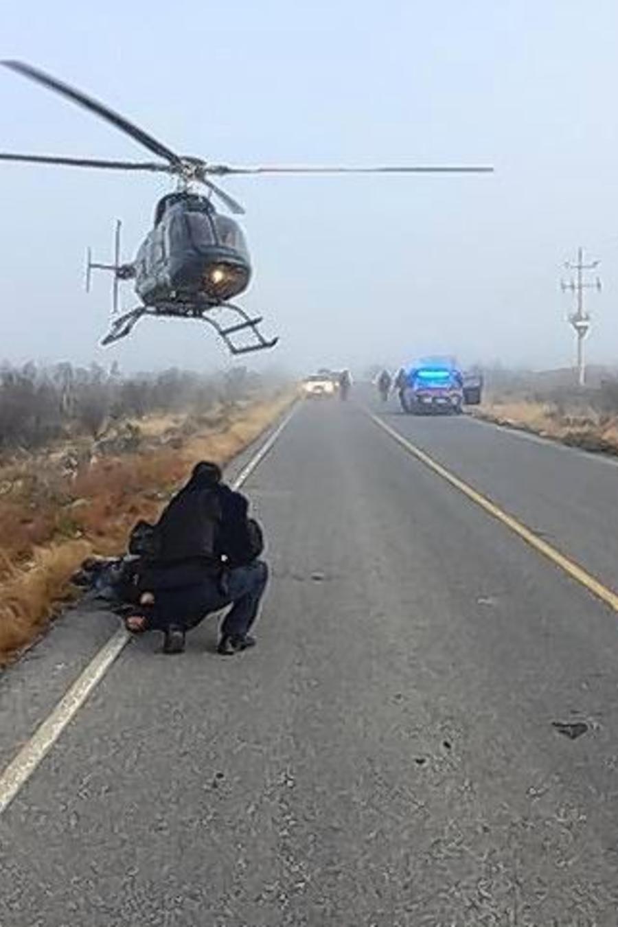 Autoridades asisten a uno de los miembros de la familia de Illinois que resultó herido durante la emboscada en Zacatecas, México.
