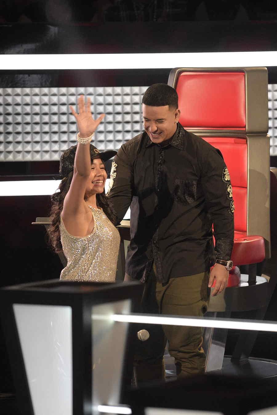 Samantha recibe gorra de su coach Daddy Yankee en las batallas