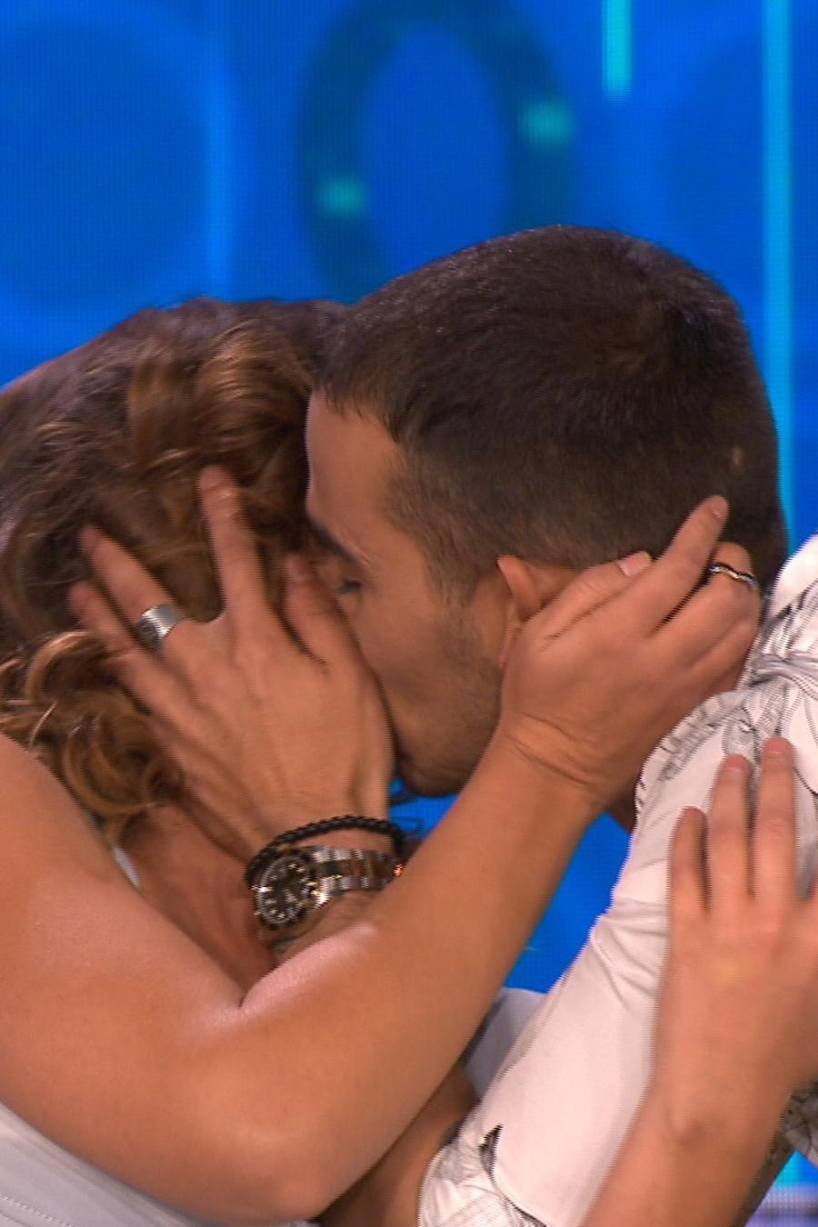 Beso de Carolina Miranda y Michel Duval