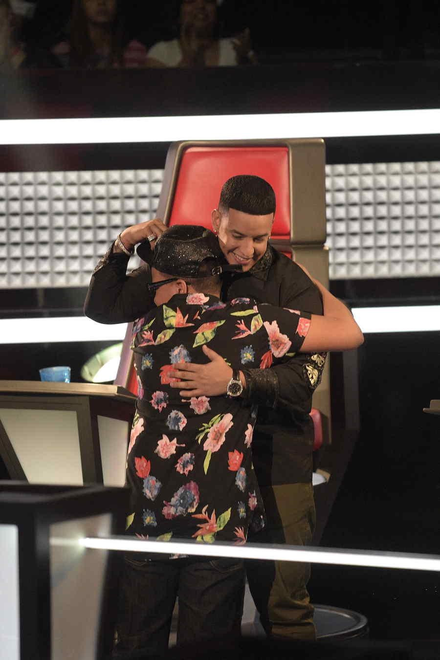 Daddy Yankee recibe con un gran abrazo a Franser quien gana batalla