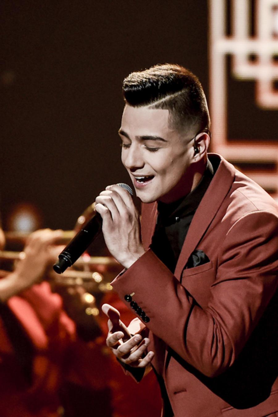 """Luis Coronel canta """"Nada más por eso"""" en los Latin American Music Awards 2015"""