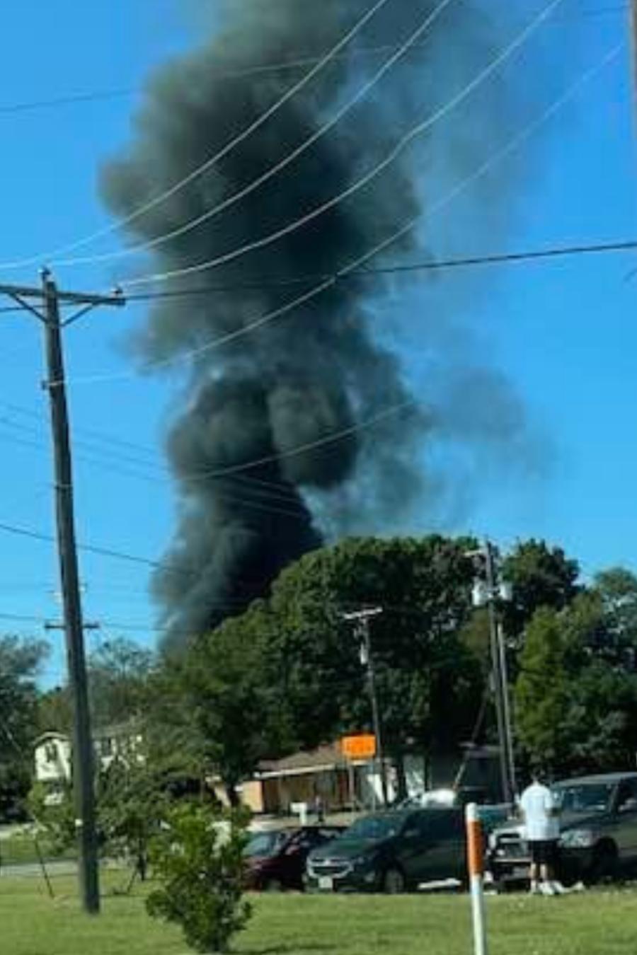 Un avión militar se estrelló este domingo en una zona residencia en Lake Worth, Texas.