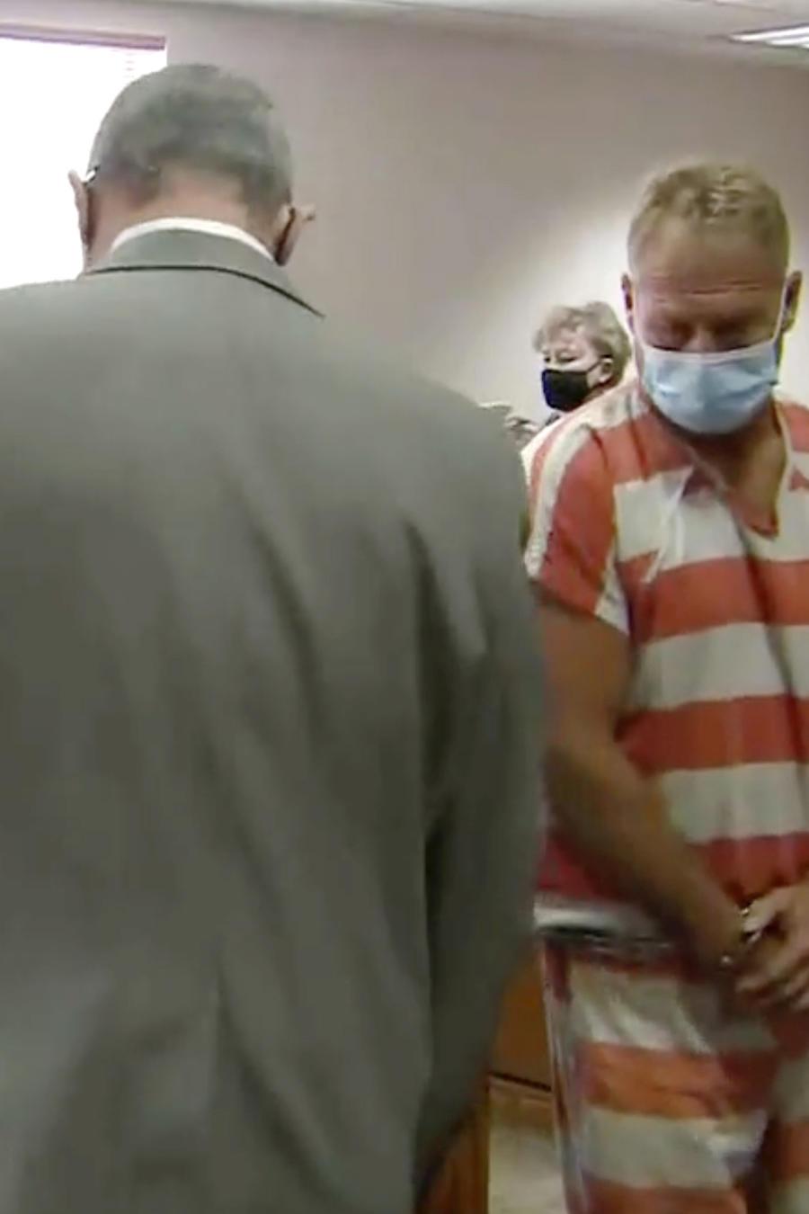 En esta imagen fija del video, Barry Morphew (en el centro), aparece en la corte en Salida, Colorado, el jueves 6 de mayo de 2021.